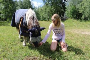 Thilde med ponnyn Maja som både hon och hennes mamma ridit. Maja är nu 38 år gammal.