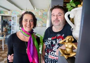 Jeanette Harkén och Michael Lisra inreder med apor i Vikarbyn.