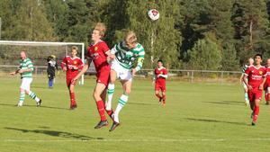 Det var många hårda dueller på mittplan under mötet mellan Sveg och Berg. Här vinner hemmalagets Victor Kröjs en nickduell och får även frispark.