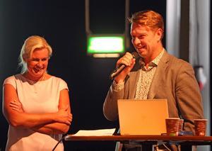 Leksands IF AB:s nye ordförande Claes Bergström talade om vikten av kontinuitet i klubbens fortsatta arbete. På bilden syns Bergström med Mirja Herrdin från valberedningen.
