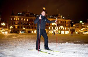 I februari var det så mycket snö att Fredrik Hallstensson bestämde sig för att göra ett skidspår på torget i Sundsvall. Fotodatum: 2013-02-15 Bild: Robin Nordlund