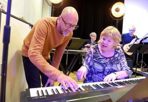 Verksamhetsledaren Adan Brown i samspråk med Gunnel Johansson på keyboard.
