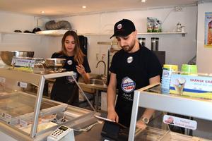 Kira Merced arbetar extra i Glassbaren. Matin Hassan har nyligen lärt henne allt han kan om glasshantering och kundkontakt.