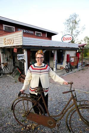 Veronica med en cykel som hittades nedgrävd på en grannes tomt.