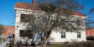 Huset är gammalt och inte byggt för att vara härbärge med de brandskyddskrav som då finns. Nu måste fastighetsägaren Hallstahammars kommun förbättra brandskyddet på en rad punkter enligt räddningstjänsten. Bilden är tagen vid ett tidigare tillfälle.