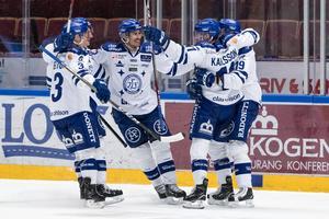 Jon Knuts jublar med kedjekamraterna efter 4 -1 mot Mora.Foto: Daniel Eriksson / BILDBYRÅN