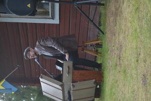 Sven Edsfors på tramporgel och sång.