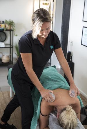 För att få stoppen att släppa jobbar Susanne Sundqvist mycket med sina händer, men hon använder också en slags sugkoppar av silikon som skapar ett vakuum och suger upp huden. De lämnar röda sugmärken efter sig på huden och sätter fart på flödet igen.