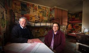 Svenolof Johansson och Sonia Westman är två av de hembygdsforskare som ägnat åratal åt att dokumentera byarna norr om Skuleskogen. Här sitter de i EW-stugan.