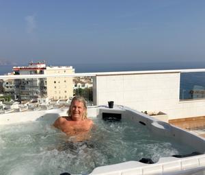 Bubbelpoolen på terrassen i Spanien har fantastisk utsikt.