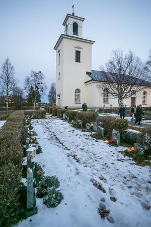Kyrkogården vid Aspås kyrka var rejält upplyst av gravljus.