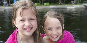 Astrid Högberg, 7 år och Ines Synderå, 7 år tog sig ett snabbt dopp på lördagen.