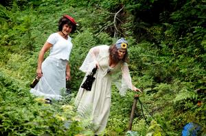Prostitution i Solvarbo. Från Säter kommer skökorna Vera och Sofie. De brukar dyka upp när ryktet går om den stundande kvarndansen i Solvarbo. Foto:Johan Källs
