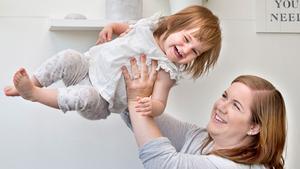 Upptåg. Elin Blom älskar Emil i Lönneberga och även hon är full av hyss. Grannarna under Anna Blom och Anders Johansson har fullt sjå att samla nappar och leksaker som Elin testar att släppa ner.