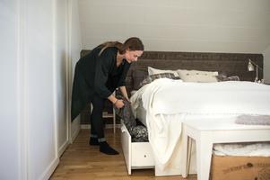 Susanne Thors har specialbeställt sängkjolen så den täcker dubbelsängen och når ner till golvet. De smarta förvaringslådorna göms bakom det veckade tyget.