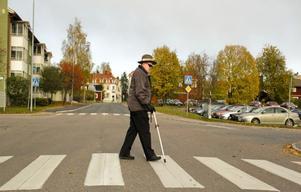 Bertil Forselius har dock lärt sig att navigera trafikfaror med hjälp av hörseln och den vita käppen.