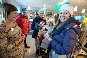 Glädje. Bibliotekspedagog Angelica Adolfsson tillsammans med eleverna Sara Hede, Sara Reuterswärd, Sara Betti och Agnes Nordin.