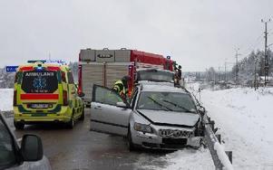 Personbilens förare slogs medvetslös vid krocken. Foto: Niklas Hagman