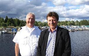 Kanalbolagets vd Hasse Eriksson och vice kommunalrådet Ingemar Hellström vid invigningen av Strömsholms kanal med början i Smedjebackens hamn. Ingemar Hellström är också ledamot i Kanalbolagets styrelse.