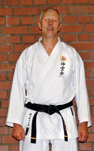 Joachim Röttinger, karatemästare från Tyskland med svart bälte, kommer till Järnboås och håller en öppen kurs för allmänheten den 20 september.