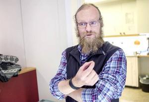 Mikael Svensson jobbar ideellt på Värmestugan. Han säger att det både är privatpersoner och företag som skickar in kläder. – Vi kan få in säckvis med kläder, ibland kan det vara flera säckar också, säger han.