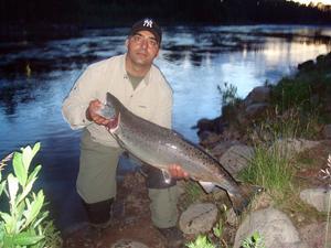 ÄNTLIGEN. Kawa Morad från Enköping är med sina bröder på några dagars fiske i Älvkarleby, de andra har redan fått upp lax och sent på tisdagskvällen kunde Kawa stryka sin nolla med den här laxen på c:a 9 kilo