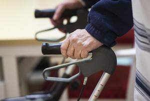 I ljuset av att behoven inom äldreomsorgen är så stora är det med stor förvåning vi kan konstatera att Moderaterna, som trots tillgång till samma demografiska prognoser som vi i majoriteten, i sitt budgetförslag inte avsätter en enda krona till fler platser på äldreboenden, skriver debattörerna.