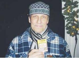 Ur arkivet: Jörgen Nässén, mannen som tipsade om George Harrison till ÖP 1976. Här håller han en trisslott han fick av ÖP 31 år senare, när tipset bekräftades som sant.
