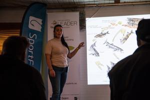 Jessica Dolk förklarade hur öringen fungerar, och hur de arbetat för att fisken ska återvända till Svågan.