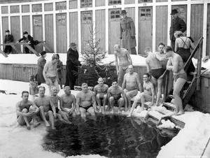 """Julbadare i början 1950-talet. """"Kallis"""" revs 1952. Fotograf: Walfrid Carlsson.  (Bildkälla: Örebro stadsarkiv)"""