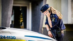 Flera polispatruller kallades till platsen tillsammans med ambulans. Polisen kunde under torsdagskvällen inte utesluta brott och man ska utreda dödsfallet närmare under fredagen.