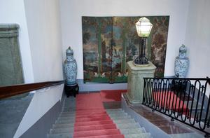 På avsatsen i den imponerande stentrappan finns en vikskärm gjord av målade vaxdukstapeter från 1750-talet.