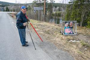 """Ove Nordlander promenerade 16 maj i Gäddede där han har sitt fritidshus. """"Tacka för det"""", svarade han på frågan om han ska rösta i valet till Europaparlamentet 26 maj. Han gör det i sin vallokal i Sundsvall. Han har ännu inte bestämt sig för vilket parti han ska rösta på."""