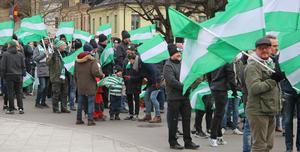 Samling på Stora torget inför Folkets marsch och VSK:s hemmapremiär.