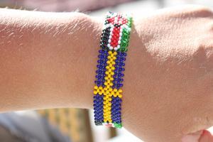 Ett armband med Sveriges och Kenyas flagga på.