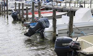 Båtmotorerna på bilden har ingenting med stölderna att göra.