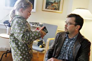 """Ylva-Li tog emot förstapriset som pappa Anders vunnit med sin bild """"Rymlingen"""" där hon och en såpbubbla är motivet."""