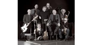Foto: Kent Pehrzon. Bandmedlemmar från vänster: Thomas Lindroth, John Högman, Hampus Adami, Anders Johansson, Björn Sjödin, Jan Wärngren, Claes Janson och Bo Broberg.