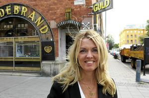 Runt två miljoner i omsättning kommer kommande bokslut att visa. Smyckevalvet växer, större lokaler behövs. Därför flyttar Anna Danielsson in i Hildebrands gamla lokaler.