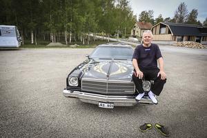 45 år senare sitter Olle Olsson på samma bil i samma pose ungefär på samma ställe. Observera att skorna får stanna på backen.