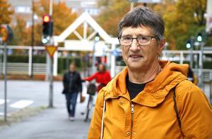 Brita Haggård från Askersund kunde inte stå kvar i kön till audiologiska kliniken i Örebro, på grund av sin hörselnedsättning. Istället valde hon att köpa hörapparat av ett företag. Arkivfoto.
