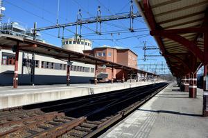 På tågstationen i Ånge väntar ett okänt antal passagerare på att gå åka vidare sedan 02-tiden på söndagsmorgonen. Arkivbild.
