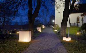 Så här såg det ut på kyrkogården under Alla helgons dag 2018. Ljusinstallationen gjordes av Mattias Schneider och Tobias Fredricson.