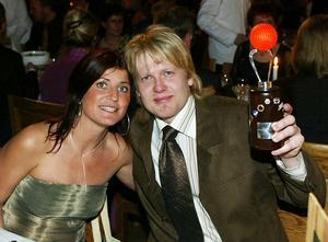 Niklas Spångberg firar med fru Erika efter SM-guldet 2003.