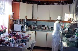 Teresa Janus lagar mat i sitt kök.