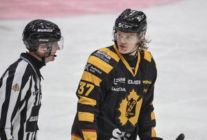 Albin Eriksson, då han utvisades och sedermera stängdes av för en huvudtackling i vintras. Foto: Erland Segerstedt/TT.