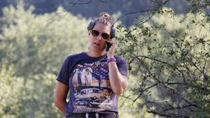Många ringer och vill boka kanoter men Helena Edén förklarar att det är fullt fram till nästa vecka.