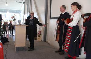 AnnBritt Grünewald invigningstalar, tackar för utställningen och för musiken. Delar av Dalarnas Spelmansförbund, Kalle Liljeberg, Täpp Jenny Nylander och Täpp Johan Nylander, spelar.