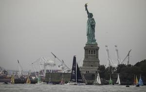 En hel värld såg hur Greta Thunberg anlände till New York och hur FN hälsade henne välkommen med 17 båtar med segel i de globala målens färger. Att den svenska klimataktivisten valde att segla till just New York påminner om att FN är den arena där klimatet och andra hållbarhetsfrågor måste hanteras, skriver Annelie Börjesson och Bosse Bergqvist. Foto: Bebeto Matthews, TT.