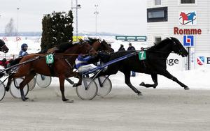 Simb Ransom passerar linjen. Foto: Micke Gustafsson/foto-mike.com